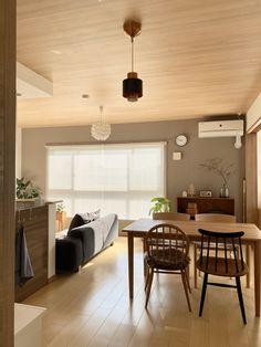 コラムの一覧。【暮らしのインテリア】「家具の配置、色のバランス、もの選び」直感ではなく慎重に。リビングダイニングのインテリア〜2LDKの賃貸暮らし(mari_ppe_さん) - いつもムクリをご覧いただきありがとうございます。 「暮らしのインテリア」ではすてきなお家やインテリア、整理・収納、お掃除を体現されてる方にフォーカスし、普段インスタグラムでは発信しきれない実体験をコラム形式で配信していきます。 注文住宅、マンション、アパートなどそれぞれ暮らしの中にインテリアがあり、背景には共感する点も沢山あると思います。そんな素敵な暮らしをお届けしていきます。 インテリア中心のコラム・記事は一覧はこちらよりご覧いただけます。 おうちの中心となる、居心地の良いリビングダイニング Conference Room, Dining Table, Furniture, Home Decor, Decoration Home, Room Decor, Dinner Table, Home Furnishings, Dining Room Table