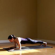 Face au tapis, vos avant-bras et vos orteils touchent le sol pour maintenir le corps surélevé. Vos pieds sont écartés et votre corps doit faire une ligne droite des épaules jusqu'aux chevilles.   5 longues respirations.
