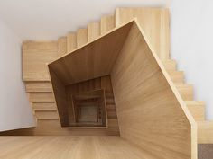 escada com corrimão de madeira