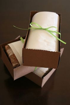 Packaging bread and loaf cakes for gifting-simple, cute and with a homemade holiday gift tag
