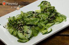 sunomono. Sunomono é uma saladinha japonesa feita de pepino com um tempero agridoce a base de vinagre e açúcar. Receita de sunomono com fotos passo a passo.