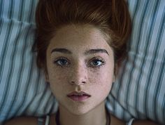 Beautiful portrait of a girl with freckles lying down on a pillow. - Beautiful portrait of a girl with freckles lying down on a pillow. Freckle Photography, Portrait Photography, Woman Photography, Editorial Photography, Photography Tips, Street Photography, Landscape Photography, Nature Photography, Fashion Photography