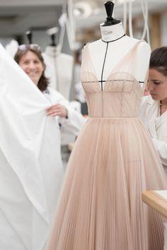 Natalie Portman's ballet-inspired Dior Couture gown took 250 hours to make - Haute Couture Natalie Portman, Fashion Now, Fashion Details, Fashion Outfits, Club Fashion, Dior Fashion, 1950s Fashion, Dress Fashion, Dior Haute Couture