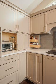 beige holz küchenzeile elektrogeräte verstecken schranktüren
