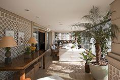 Folhagens e treliças levam natureza e romantismo à varanda com 30 m² de apê