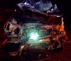 Frente da caminhonete envolvida em acidente ficou destruída no sudoeste da Bahia (Foto: Divulgação/PRF)