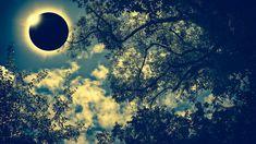 Yılın son tutulmasını haftanın ilk gününde14 Aralık pazartesi akşamı 19.16'dayaşayacağız. Dünya ve Ay'ın yörüngelerinin kesiştiği (düğümler) noktaya çok yakın bir derecede yeniay gerçekleştiğinden tam bir güneş tutulması yaşayacağız. Yani Ay'ın gölgesi güneşin ışığını bir süreliğine kesecek ve bu deneyimi zamanlama gereği sadece Güney Amerikalılar tecrübe edecekler.