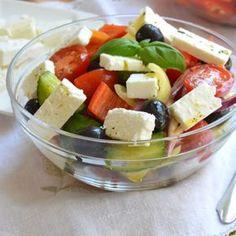 Recept na pravý řecký salát krok za krokem - Vaření.cz Fruit Salad, Feta, Catering, Salads, Food And Drink, Veggies, Favorite Recipes, Cheese, Cooking