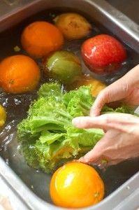 Mezcla en un rociador para limpiar verduras 1 taza de Agua ¼ taza vinagre de manzana o vinagre blanco 2 cdas de bicarbonato de sodio