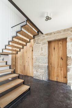 21/11/2014 - Situata nella regione centro-nord del Portogallo JA House è stata ideata da Filipe Pina e Maria Inês Costa per com