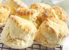 Engelske te scones er perfekte at servere til kaffen eller teen. Spis dine engelske te scones med flødeskum eller marmelade.
