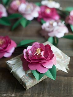 Make these pretty paper Camellias with this printable template and metallic paper. They can be used for summer decor, gift toppers or wedding bouquets. How To Make Paper Flowers, Paper Flowers Diy, Handmade Flowers, Flower Crafts, Fabric Flowers, Flower Diy, Diy Fleur, Gift Wraping, Diy Papier