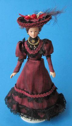 Dame Lady mit Hut im weinroten Kleid Puppe für die Puppenstube Miniatur 1:12, sehr elegant anzuschauen