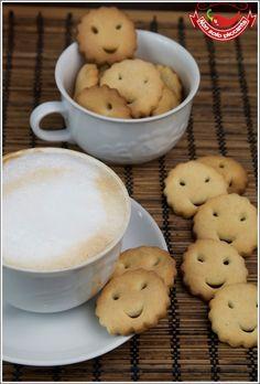 I biscotti senza burro sono leggeri e fragranti, ottimi per la colazione inzuppati in una calda tazza di latte. Con la loro forma smile la giornata sorride.