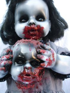 Freaky but so awesome zombie doll Halloween Doll, Creepy Halloween, Holidays Halloween, Halloween Horror, Halloween Crafts, Halloween Party, Outdoor Halloween, Halloween House, Halloween 2019