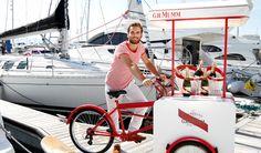 """El """"service à bord"""" de G.H.Mumm:  unas originales bicicletas-carrito que repartirán botellas de champagne G.H.Mumm por las costas españolas."""