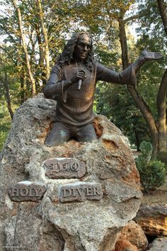 A six photo tour of the Ronnie James Dio memorial in Kavarna, Bulgaria, the world's only monument to the heavy metal music icon. Heavy Metal Music, Heavy Metal Bands, Black Sabbath, Rock And Roll, James Dio, Iron Maiden Posters, Metal Horns, Famous Graves, Music Artwork