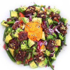 Lækker bønnesalat med lynstegt peberfrugt, broccoli og grønne bønner samt cherrytomater, rødløg og avokado. Toppet med sprøde rugbrødscroutoner.
