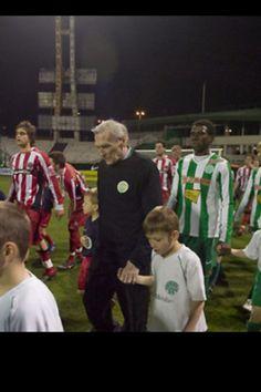 Gyula Grosics se retiro en 1962 y en 2008 con 82 años de edad regreso para defender por unos minutos la porteria del Ferencvaros, su equipo favorito de Hungria con el cual nunca pudo jugar. Soccer, Sports, Hs Sports, Futbol, Soccer Ball, Excercise, Football, Sport, Exercise