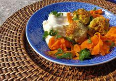 Falšās ''gaļas'' bumbiņas ar puķkāpostu biezeni un burkānu nūdelēm no BioBlogs.lv - Blogeri gatavo veselībai