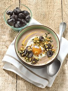 Recette de Soupe de panais aux olives noires, chapelure de pignons et basilic : la recette facile