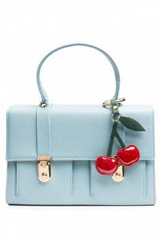 Nieuwe Edith &Ella SS 2013 collectie ~ Deze60s Iced Blue Cherry handbagis een perfect tasje voor je (zomer)garderobe.Lieflijk koffer handtasje in vintage 60s style in blauw kunstleer met een kersen sleutelhanger. Dit übercute tasje sluit door twee glossy goudkleurige gespjes aan de voorzijde 2 insteekvakjes en gevoerd met gras-groene suedine. Handig formaat, je portemonnee, mobiel, sleutels, make up past er allemaal in!Verkrijgbaar in verschillende kleur...