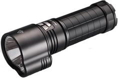 Linterna Fenix TK 51, con 1800 lumenes. Ilumina a 425 metros de distancia. 420 horas de duración con pack de baterias en modo Bajo. 4 modos de iluminacion y modo estroboscópico.