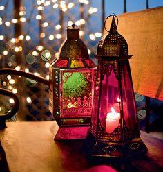 Velas dentro de lanternas coloridas são um charme | candles