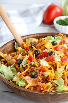 Dorito Taco Salad – This crunchy and zesty salad is made with seasoned ground beef, veggies, cheese and Doritos, then tossed with Catalina dressing. So delicious and serves a crowd! AMAZING Asian Ground Beef, it's so simple and a must try. Easy Taco Salad Recipe, Taco Salad Recipes, Taco Salads, Mexican Food Recipes, Beef Recipes, Dinner Recipes, Cooking Recipes, Healthy Recipes, Veggie Taco Salad