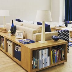 Pra quem usa o sofá no meio da sala dividindo ambientes, vale apostar em moveis que aproveitam o contorno. #instadecor #instadesign #decor #decoração #designdeinteriores
