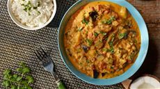 Curry z kurczaka z jabłkiem, mango i mlekiem kokosowym