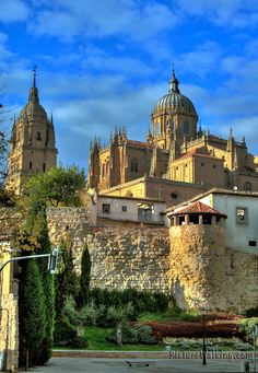 Cathedral and city walls, Salamanca, Spain Cool Places To Visit, Places To Travel, Cathedral City, Seville Spain, Amazing Buildings, Spain And Portugal, Travel Tours, Spain Travel, Temples