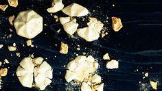 Spis marengsene, som de er, eller brug dem som topping på is, lagkager eller måske på en syrlig frugtgrød. Marengsene holder sig i mindst en uge