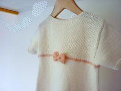 Gestrickte Baby Kleid mit kurzen Ärmeln in Creme Farbe, rosa Schleife schmückt dieses Kleid hingegen ist eine kleine Schraube auf der Rückseite des Kleides. Dieses Kleid ist aus einem Leichtgewichtler Garn - 100 % extra feine italienische Merinowolle gestrickt. Ihr kleines Mädchen wird in diesem Kleid sehr schön aussehen! ♥ Bereit, Schiff, Größe ca. 3-6 Monate. ♥ Handgemacht in Frankreich. ♥ 100 % extra feine Merinowolle. Die wesentlichen Eigenschaften von Merino-Wolle: -Wärme - Merinow...