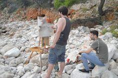 Gerard Castellví pintant i Jordi Díaz Alamà observant. Pleinair Festival.