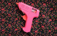 Pistola de cola quente pode ser linda! Como deixar o seu ateliê / escritório / home office mais lindo: pinte as ferramentas! - http://comosefaz.eu/pistola-de-cola-quente-pode-ser-linda-como-deixar-o-seu-atelie-escritorio-home-office-mais-lindo-pinte-as-ferramentas/