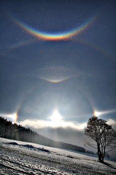 Миражи появляются когда световые лучи преломляются в жарком воздухе, показывая предметы, которые на самом деле находятся за горизонтом или…