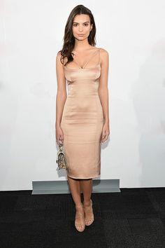 En un look de vestido entallado en nude, para 67th Annual Parsons Fashion…