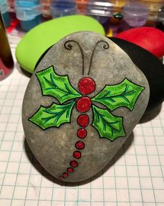 Brilliant DIY Pebble Art for Garden Landscapes - Kitchen Inst Rock Painting Patterns, Rock Painting Ideas Easy, Rock Painting Designs, Stone Crafts, Rock Crafts, Xmas Crafts, Pebble Painting, Pebble Art, Stone Painting