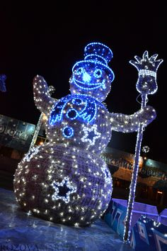 Wonderful Snowman of lights....I'd love him in my front yard !!