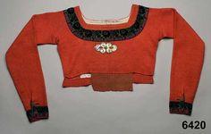 Spedetröja i ull med dekor av sammetsband. Vemmenhög, 1830-50. Nordiska Museet, nr. NM.0006420
