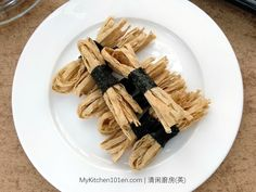This addictive crispy snack is made from roasted nori seaweed and fish flavored strips. Nori seaweed (roasted seaweed) is used mainly as ingredient to wrap sushi. The making process is fairly simpl… Rosette Cookies, Chocolate Butter Cake, Swiss Roll Cakes, Chinese New Year Cookies, Mooncake Recipe, Nori Seaweed, Asian Desserts, Baked Fish, Biryani