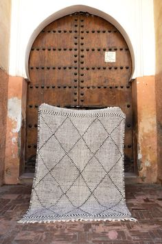 Morrocan Decor, Black And White Flats, Simple Geometric Designs, Modern Rugs, Decorative Objects, Woven Rug, Rug Making, Rugs On Carpet, Carpets