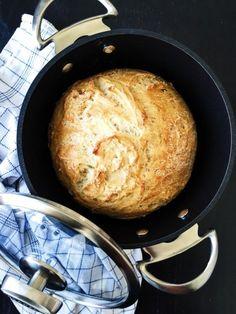 Grydebrød er noget af det nemmeste og lækreste at bage. Denne opskrift på hjemmelavet grydebrød med øl er også med durummel. Real Food Recipes, Baking Recipes, Snack Recipes, Yummy Food, Snacks, Bread Recipes, Bread Winners, Danish Food, Home Bakery
