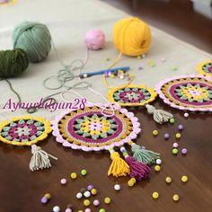 """172 Beğenme, 18 Yorum - Instagram'da Aynur Bilgiç Gündoğdu (@aynurbilgun28): """"Nilaycığımın salon takımı hazır. Güzel günlerde kullansın inşallah ❤️#renkler #örgü #tığişi…"""" Crochet Mandala, Crochet Flower Patterns, Crochet Patterns For Beginners, Crochet Designs, Crochet Flowers, Knitting Patterns, Crochet Decoration, Diy Handbag, Crochet Tablecloth"""