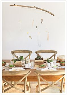 Lovely space an fun DIY idea: a feather mobile Feather Mobile, Rustic Table, Kitchen Dining, Dining Area, Dining Rooms, Dining Table, Bohemia House, Tablescapes, Table And Chairs