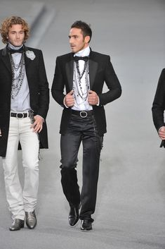 Chanel Spring 2009 Ready-to-Wear Fashion Show White Fashion, Boy Fashion, Fashion Show, Mens Fashion, Fashion Outfits, Fashion Ideas, Chanel Men, Chanel Fashion, Wedding Guest Outfit Inspiration