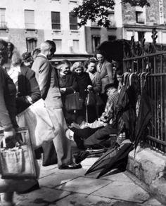 Etienne Bertrand Weill - Le réparateur de parapluies, Paris, 1950.