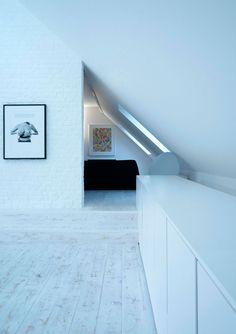 Loft contemporain / Minimaliste / blanc / épuré / aménagement intérieur moderne / Parquet Sous pente / Architecte d'intérieur : Agence MAYELLE / Photo : ©Pierre Rogeaux