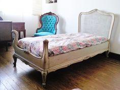 Cama Luis XV decapé de una plaza VENDIDA! y no saben lo linda que quedó en un cuarto de altillo